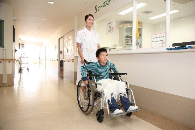 看護師と車椅子の子供2|写真素材なら「写真AC」無料(フリー)ダウンロードOK