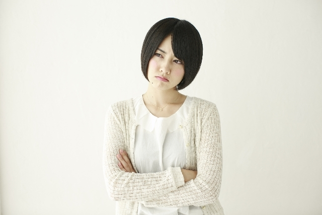 腕組みする日本人女性 |写真素材なら「写真AC」無料(フリー)ダウンロードOK