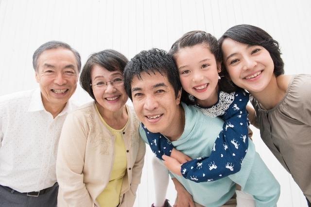 寄り添う仲良し三世代家族2|写真素材なら「写真AC」無料(フリー)ダウンロードOK