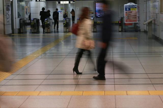 電車通勤(改札前)|フリー写真素材・無料ダウンロード-ぱくたそ