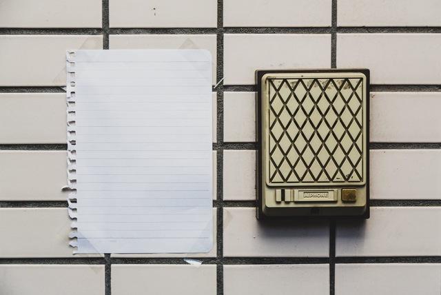 「黒猫さんへ外出中ので、こちらまで電話して下さい」とか書かれていそうな玄関前のメモ|フリー写真素材・無料ダウンロード-ぱくたそ