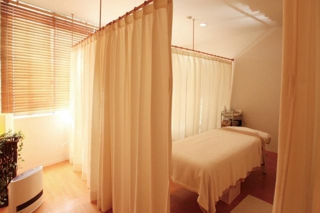 カーテンで区切ったベッドルーム|写真素材なら「写真AC」無料(フリー)ダウンロードOK