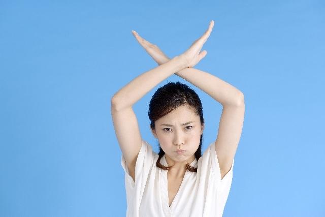 大きくバッテンする女性1|写真素材なら「写真AC」無料(フリー)ダウンロードOK
