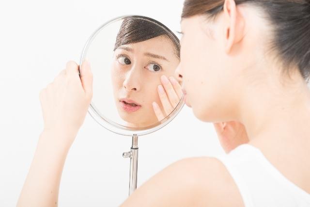 鏡で肌をチェックする女性(鏡越し)7|写真素材なら「写真AC」無料(フリー)ダウンロードOK