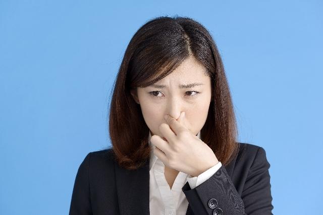 鼻をつまむ女性|写真素材なら「写真AC」無料(フリー)ダウンロードOK