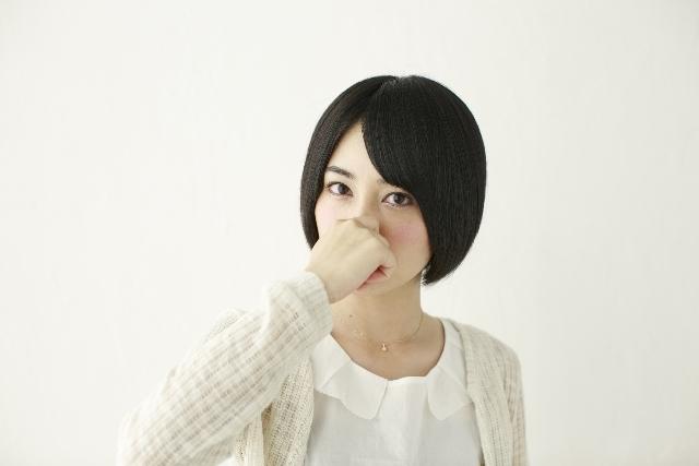 鼻を押さえる女の子2|写真素材なら「写真AC」無料(フリー)ダウンロードOK