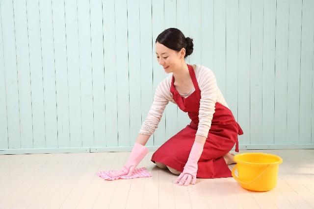掃除をする女性2|写真素材なら「写真AC」無料(フリー)ダウンロードOK