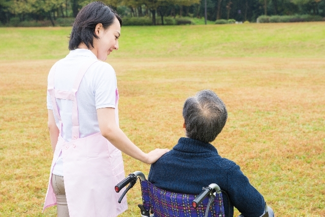 屋外の車椅子の男性7 写真素材なら「写真AC」無料(フリー)ダウンロードOK