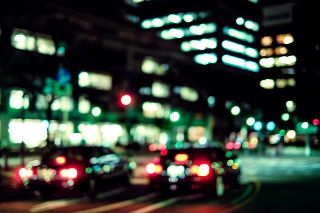 交通量の多い深夜のオフィス街|フリー写真素材・無料ダウンロード-ぱくたそ