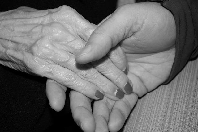 無料の写真: 手, 老人, 高齢者, 古い, シニア, 皮膚, 所蔵の手 - Pixabayの無料画像 - 578917
