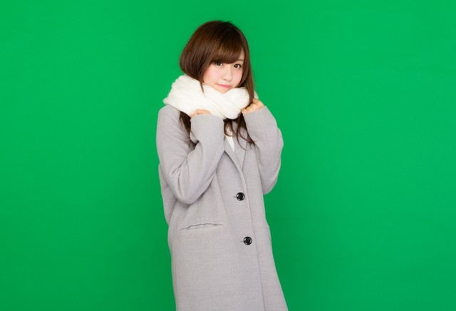 マフラーを巻いたコート女子(グリーンバック) フリー写真素材・無料ダウンロード-ぱくたそ
