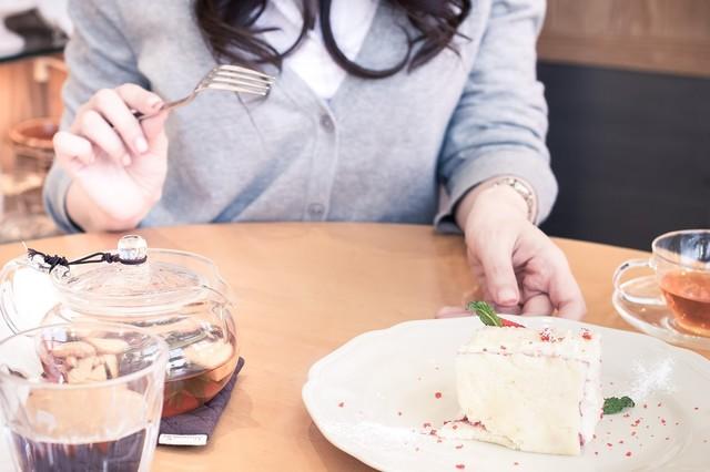 彼女とカフェでケーキを食べる|フリー写真素材・無料ダウンロード-ぱくたそ