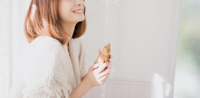人形を持って微笑む女性|フリー写真素材・無料ダウンロード-ぱくたそ