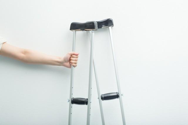 松葉杖を握りしめる男性の手|フリー写真素材・無料ダウンロード-ぱくたそ