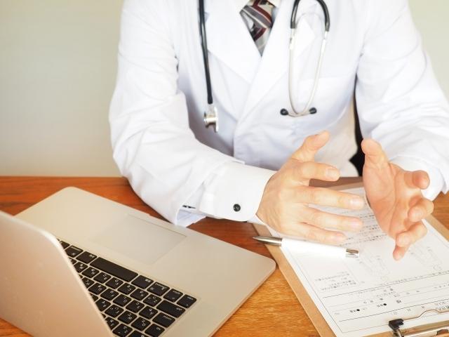 問診するドクター03|写真素材なら「写真AC」無料(フリー)ダウンロードOK