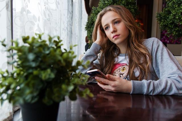 無料の写真: 女の子, ティーン, カフェ, 窓辺, ウィンドウ, スマート フォン - Pixabayの無料画像 - 1848477