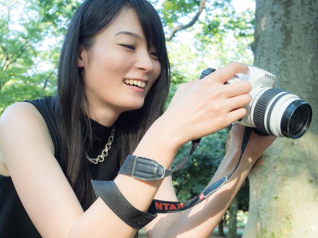 撮った写真を確認している一眼女性|フリー写真素材・無料ダウンロード-ぱくたそ