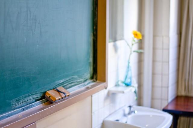 教室の黒板と花瓶のお花|フリー写真素材・無料ダウンロード-ぱくたそ