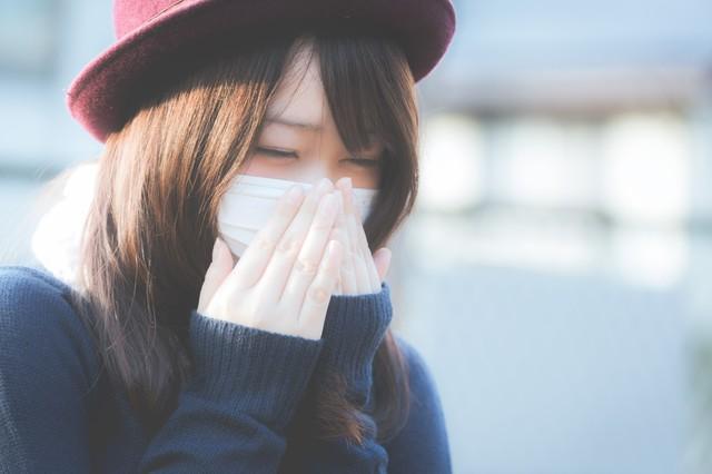 花粉症でくしゃみが止まらないマスクをした女性|フリー写真素材・無料ダウンロード-ぱくたそ