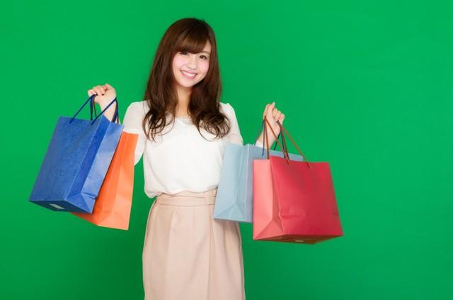 両手いっぱいの買い物袋を持ったセールが大好きな女性(グリーンバック)|フリー写真素材・無料ダウンロード-ぱくたそ