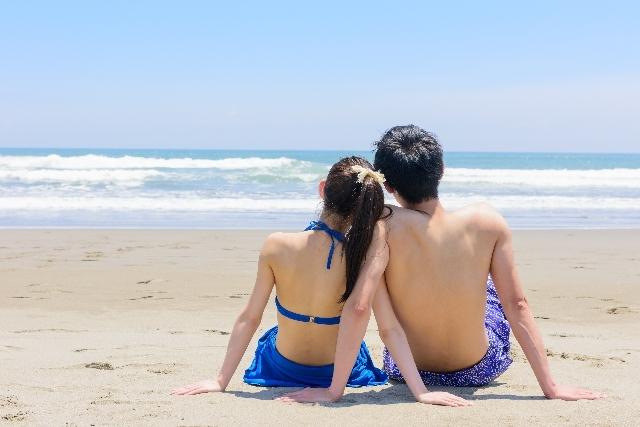 海を見つめ寄り添う二人の男女|写真素材なら「写真AC」無料(フリー)ダウンロードOK