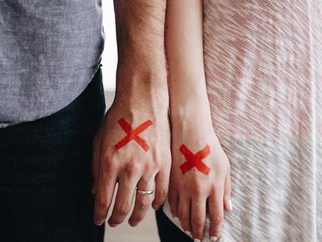 [フリー写真] バツ印の付いたカップルの手でアハ体験 -  GAHAG | 著作権フリー写真・イラスト素材集