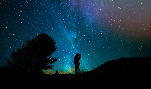 [フリー写真] 天の川のキスするカップルのシルエットでアハ体験 -  GAHAG | 著作権フリー写真・イラスト素材集
