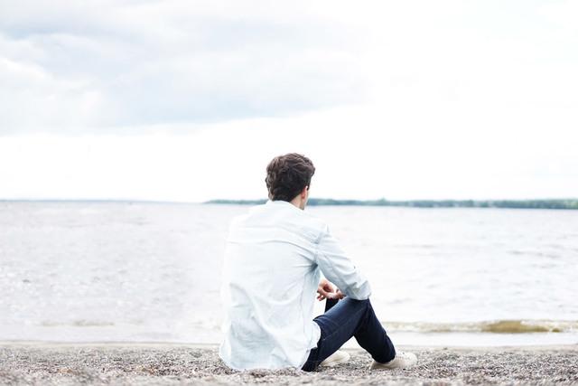 [フリー写真] 湖岸に座っている男性の後ろ姿でアハ体験 -  GAHAG | 著作権フリー写真・イラスト素材集