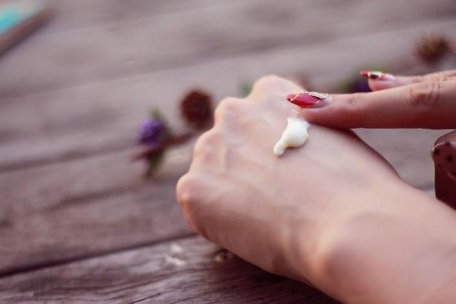 乾燥予防にハンドクリームを塗っている様子の画像|おしゃれなフリー写真素材:GIRLY DROP