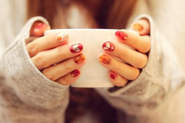 萌え袖でマグカップをもつ真冬の女の子の画像|おしゃれなフリー写真素材:GIRLY DROP