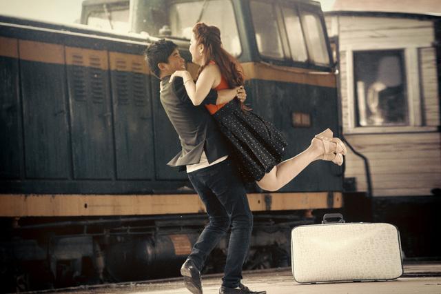 [フリー画像素材] 人物, カップル / 夫婦 / 恋人, 抱き合う, 人と乗り物, 電車 / 列車, 鉄道駅 / プラットフォーム, 旅行かばん, 二人, 遠距離恋愛 ID:201503262300 - GATAG|フリー画像・写真素材集 4.0