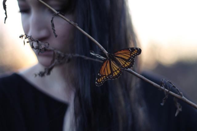 [フリー画像素材] 人物, 女性, 外国人女性, 人と動物, 動物, 昆虫, 蝶 / チョウ, 俯く, 憂鬱 / 落ち込む ID:201412281900 - GATAG|フリー画像・写真素材集 4.0