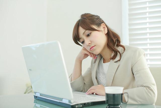 [フリー写真] 仕事のモチベーションが上がらない女性会社員 -  パブリックドメインQ:著作権フリー画像素材集