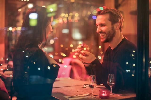 [フリー写真] レストランでプロポーズするカップル -  パブリックドメインQ:著作権フリー画像素材集