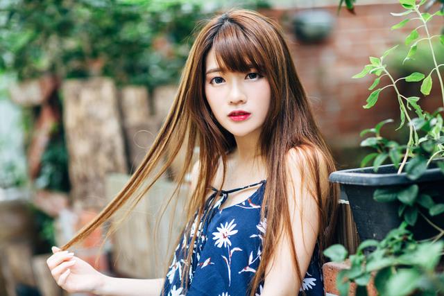 [フリー写真] 髪の毛をつまんでいる女性でアハ体験 -  GAHAG | 著作権フリー写真・イラスト素材集