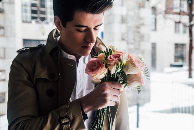 [フリー写真] バラの花束を持つ外国人男性でアハ体験 -  GAHAG | 著作権フリー写真・イラスト素材集