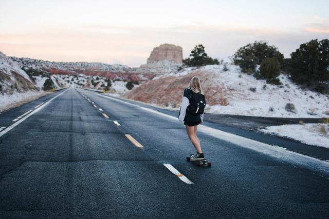 [フリー写真] 雪の残る荒野とスケボーに乗る女性の後ろ姿でアハ体験 -  GAHAG | 著作権フリー写真・イラスト素材集
