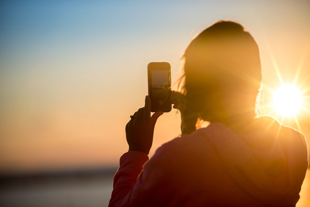 [フリー写真] 夕日とスマホで写真を撮る女性でアハ体験 -  GAHAG | 著作権フリー写真・イラスト素材集