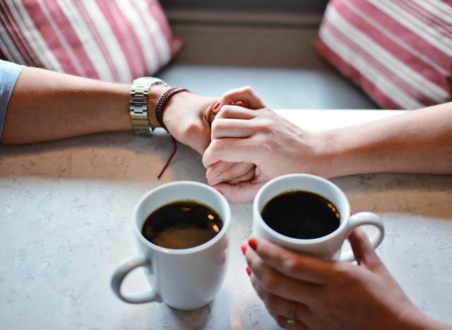 [フリー写真] コーヒーとつないでいるカップルの手でアハ体験 -  GAHAG | 著作権フリー写真・イラスト素材集