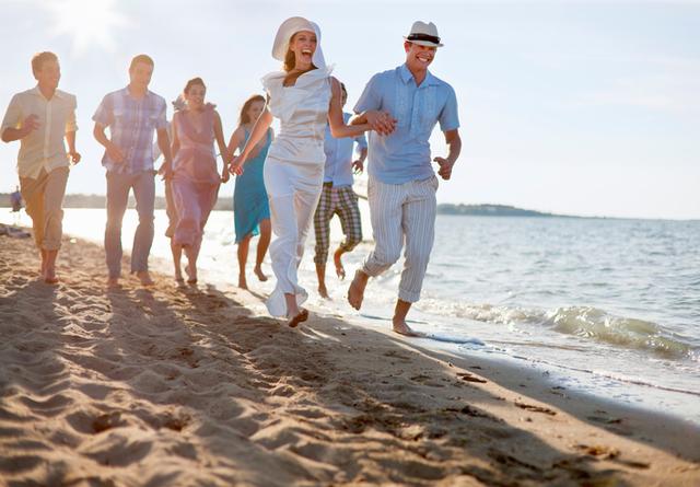 新婚カップルご友人とご一緒にビーチ - 海岸のストックフォトや画像を多数ご用意   iStock