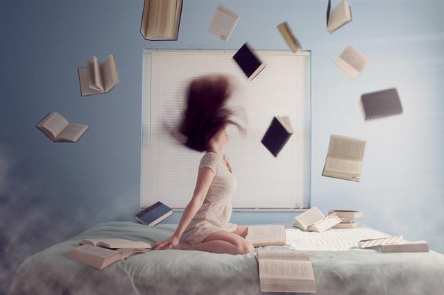 [フリー写真] 髪を振り上げる女性と散乱する本でアハ体験 -  GAHAG | 著作権フリー写真・イラスト素材集