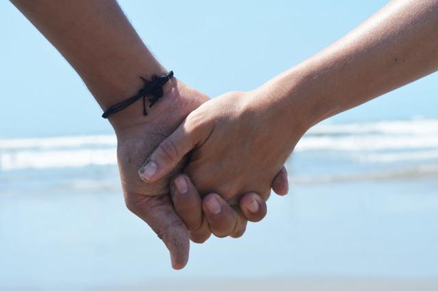 [フリー写真] 浜辺で手をつなぐカップルの手でアハ体験 -  GAHAG | 著作権フリー写真・イラスト素材集