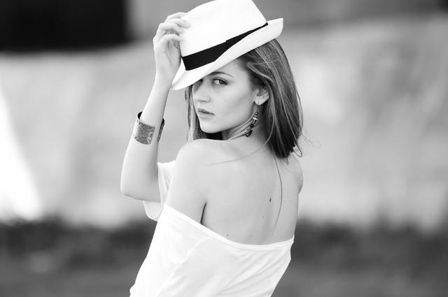[フリー写真] 帽子を被って振り返る外国人女性でアハ体験 -  GAHAG | 著作権フリー写真・イラスト素材集