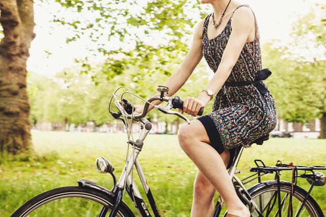 [フリー写真] 自転車に乗っている女性でアハ体験 -  GAHAG | 著作権フリー写真・イラスト素材集