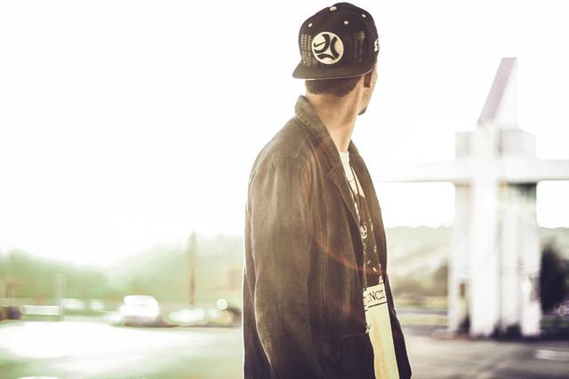 [フリー写真] 背後を振り返る男性でアハ体験 -  GAHAG | 著作権フリー写真・イラスト素材集