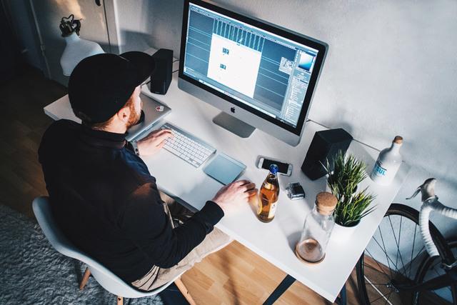 [フリー写真] パソコンを利用している外国人男性でアハ体験 -  GAHAG   著作権フリー写真・イラスト素材集