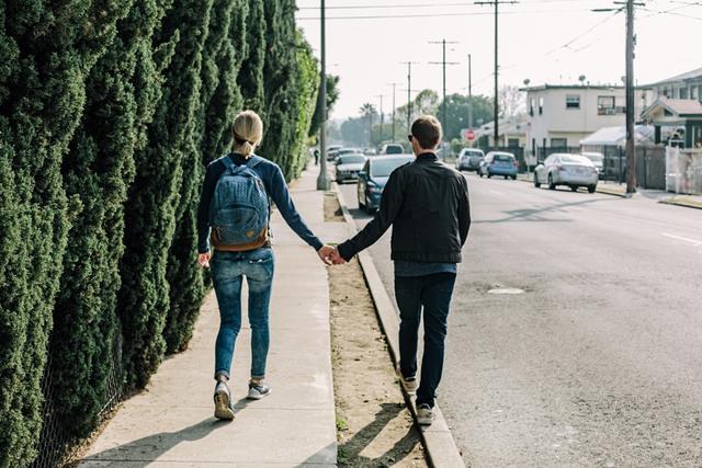 [フリー写真] 手をつないで歩くカップルの後ろ姿でアハ体験 -  GAHAG   著作権フリー写真・イラスト素材集