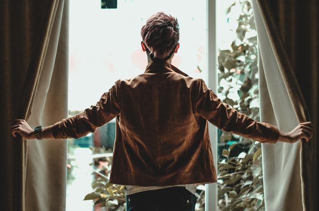 [フリー写真] カーテンを開ける男性の後ろ姿でアハ体験 -  GAHAG | 著作権フリー写真・イラスト素材集