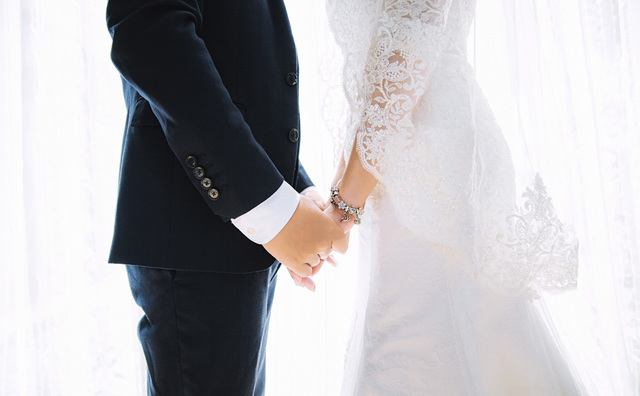 [フリー写真] 結婚式で手をつなぐ新郎新婦でアハ体験 -  GAHAG | 著作権フリー写真・イラスト素材集