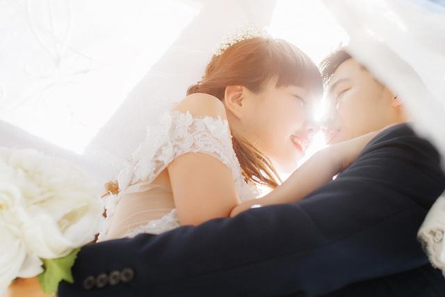 [フリー写真] 結婚式で誓いのキスを交わそうとする花嫁と花婿でアハ体験 -  GAHAG | 著作権フリー写真・イラスト素材集